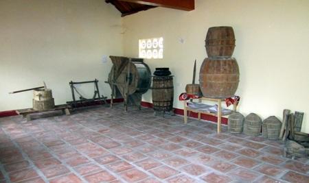 Tại đền có lưu giữ nhiều hiện vật phục vụ đời sống nông ngiệp.