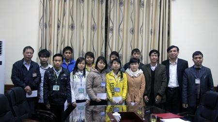 11 sinh viên chụp ảnh kỷ niệm cùng lãnh đạo Trường CĐ SP Nghệ An.