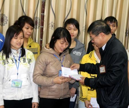 Thầy Đặng Khắc Thắng trao quà hỗ trợ các em sinh nghèo, dân tộc thiểu số về quê ăn Tết.