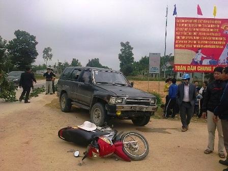 Hiện trường vụ tai nạn trên đường mòn Hồ Chí Minh giữa xe máy và ô tô khiến 3 người phải nhập viện.