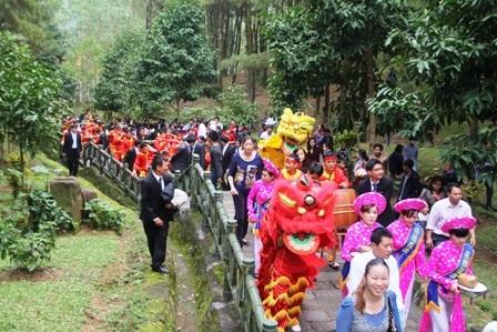 Hàng trăm người dân hay tincó mặt đông đủ ở Khu mộ bà Hoàng Thị Loan.