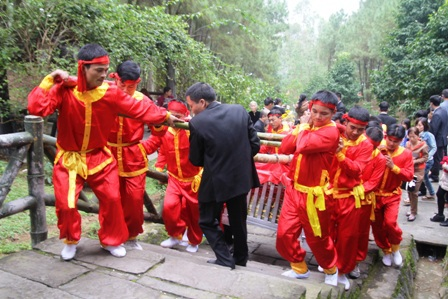 Phải huy động tới hơn 16 người để khiêng bánh lên khu mộ bà Hoàng Thị Loan