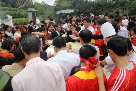 Hàng trăm người dân được thưởng thức mùi vị bánh chưng khủng và xem đó là lộc đầu xuân