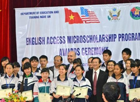 Các em được nhận học bổng trong dịp khai giảng.
