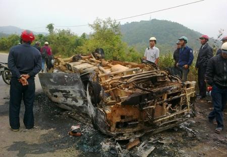 Chiếc xe 7 chỗ bốc cháytrơ khung.