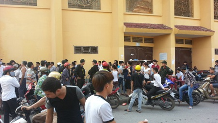 Hàng ngàn người tụ tập để được mua vé.