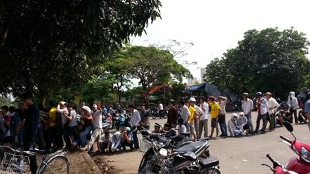 Các ngã đường quanh sân vận động Vinh bị bao phủ hàng ngàn người chen chân mua vé.