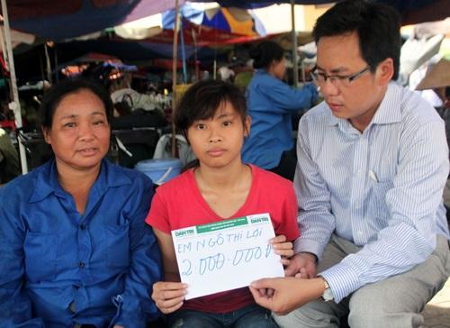 PV Dân trí trao học bổng của Việt Kiều PhápđếnemNgô Thị Lợi.