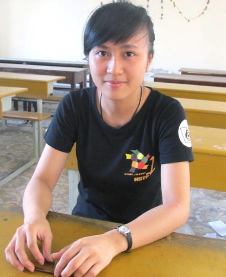 Minh Hằng chụp ảnh kỷ niệm với một người bạn tại Hàn Quốc trong chuyến giao lưu trại hè.