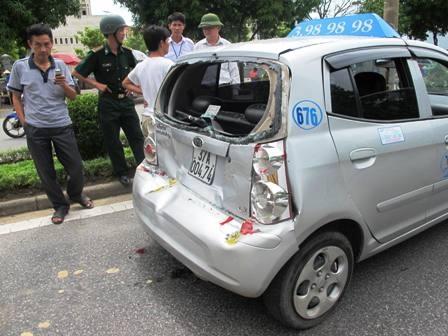 Chiếc taxi bị hư hỏng nặng phần đuôi.