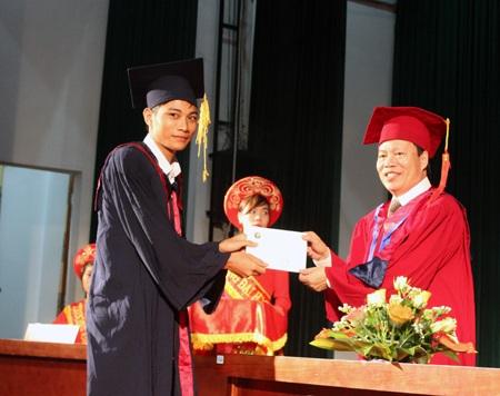 Cũng như Thúy Giang, Ánh lấy bằng cử nhân chỉ đúng 3 năm học