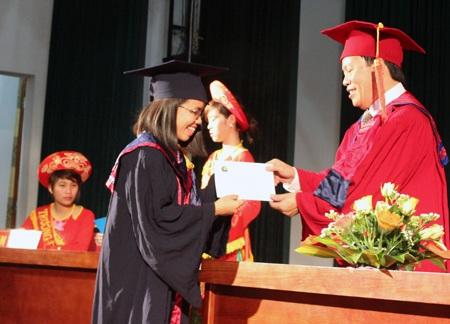Thúy Giang lấy bằng cử nhân chỉ đúng 3 năm học