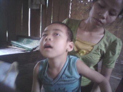 Khó khăn chồng chất khó khăn, giờ chị Tuyết chị biết ôm lấy con chẳng thể làm được gì.