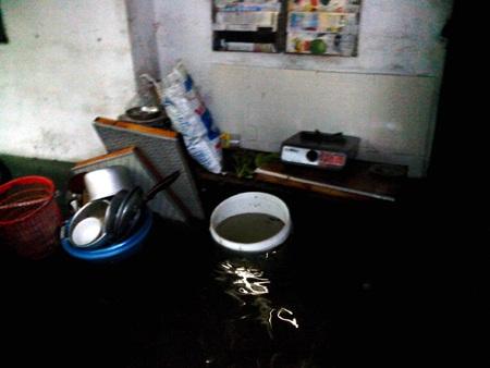 Xoong, nồi, chậu, xô đựng nước... dồ gia dụng trong nhà nổi trôi.