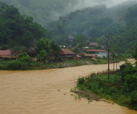 Nhiều dòng khe ở Tương Dương vào mùa mưa lũ rất nguy hiểm.