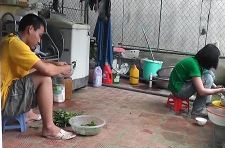 Ngoài công việc học, Nam cùng em gái rất siêng năng trong việc phụ giúp mẹ nấu ăn.