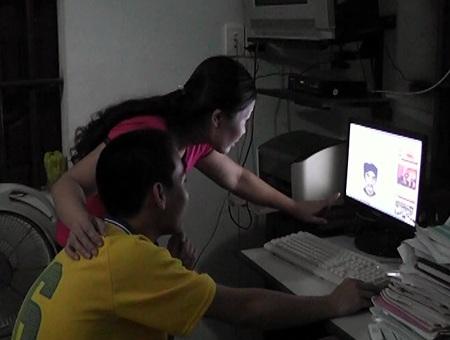 Hằng ngày ở nhà Nam luôn cùng mẹ tìm hiểu, học hỏi nhiều thông tin bổ ích từ mạng internet.