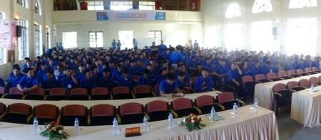 Sinh viên tình nguyện trong ngày lễ ra quân tiếp súc mùa thi 2013 tại cụm thi Vinh.