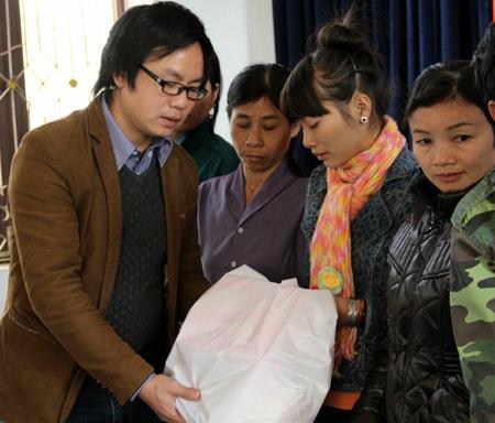 PV Dân trí trao quà tới cụ bà bị mù mắt.