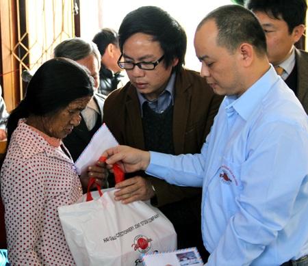 PV Dân trí cùng nhà tài trợ trao quà đến người đàn bà cùng khổ.
