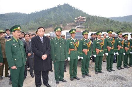 Phó Chủ tịch Quốc hội, Huỳnh Ngọc Sơn động viên cán bộ, chiến sĩ làm nhiệm vụ.