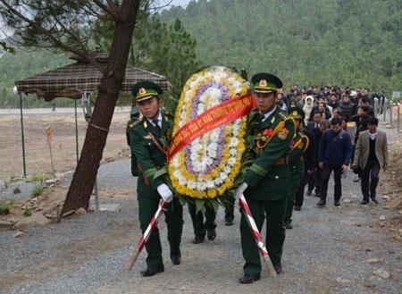Cán bộ BĐBP Quảng Bình rước vòng hoa phục vụ cán bộ, nhân dân vào viếng phần mộ Đại tướng.