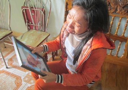 Chị Nguyễn Thị Loan - mẹ của thuyền viên Nguyễn Duy Khiêm (SN 1998) cứ nhìn di ảnh con lại khóc.