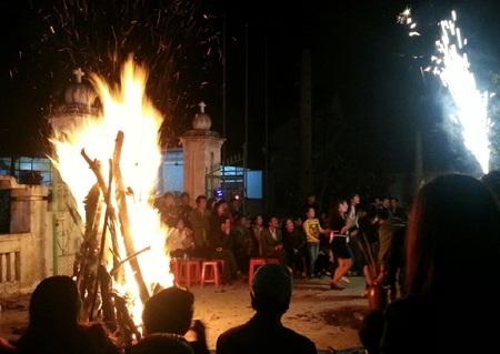 Đốt lửa trại cầu may mắn cho năm mới.