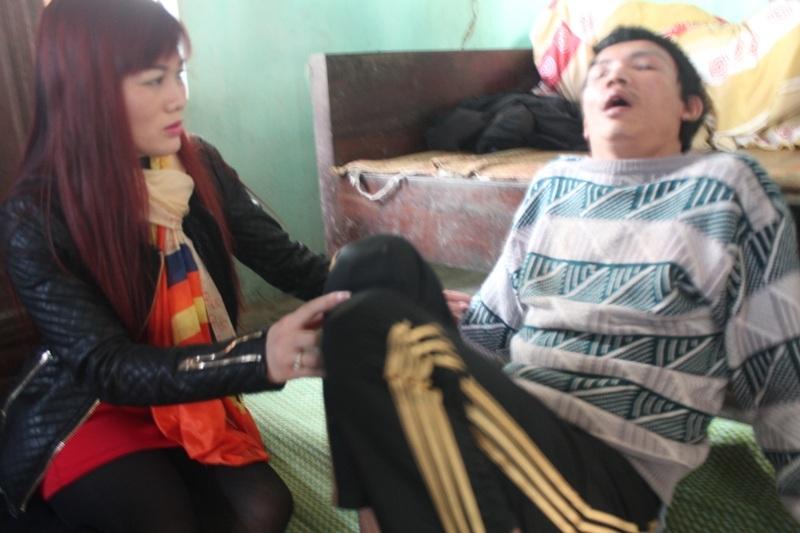 Chị Nguyệt ân cần thăm hỏi động viên sức khỏe từng thành viên trong gia đình ông Hóa.