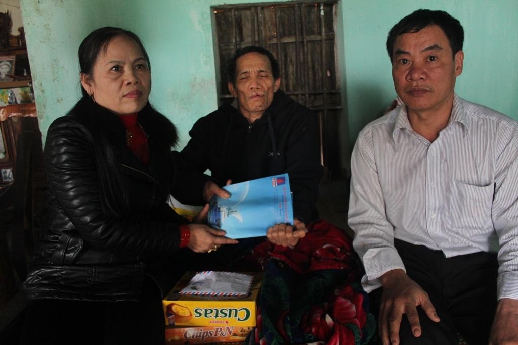 Đại diện gia đình cùng chính quyền địa phương trong buổi trao quà.