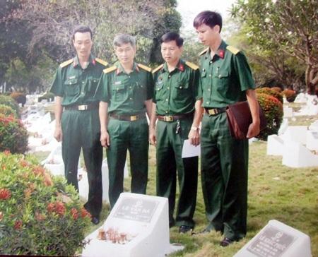 Phần mộ liệt sĩ Bá tại nghĩa trang TP HCM khi các đồng đội đứng bên cạnh.