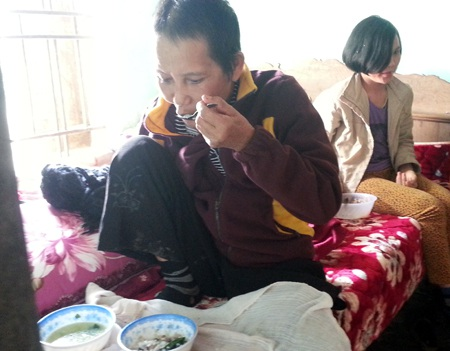 Còn anh Việt vẫn luôn trong tình trạng phải nhờ chị dâu đút cơm mỗi khi đến bữa ăn.