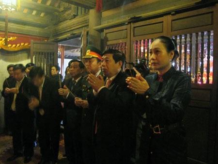 Đoàn đại biểu Quân khu 4, lãnh đạo tỉnh Nghệ An dâng hương lên đền thờ Hoàng đế Quang Trung.
