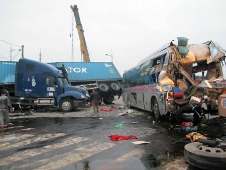 Cơ quan chức năng đang tiến hành thuê cẩu để di chuyển các phương tiện gặp nạn ra khỏi hiện trường.