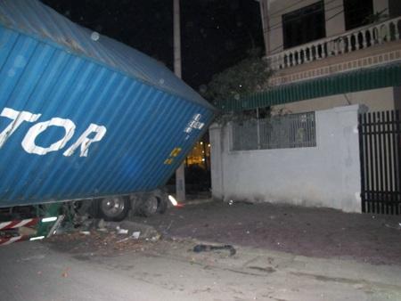 May mắn, xe container đã không lao vào nhà dân gần đó.