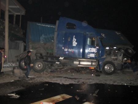 Chiếc xe container bị xe khách đâm mạnh nên đã lao sang 1 bên vệ đường.