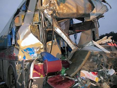Vụ tai nạn đã làm phụ xe khách tử vong tại chỗ và hơn 20 hành khách khác bị thương.