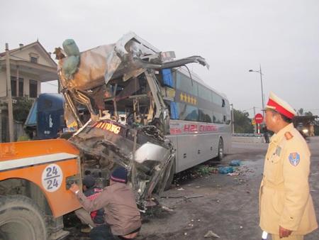 Vụ tai nạn đã làm phụ xe Nguyễn Ngô Quyền (SN 1993) tử vong tại chỗ.