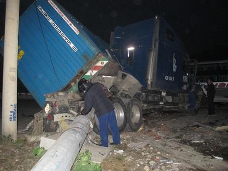 Xe container đâm đổ cột điện cao thế sau khi bị xe khách đâm đẩy lùi sang bên đường.