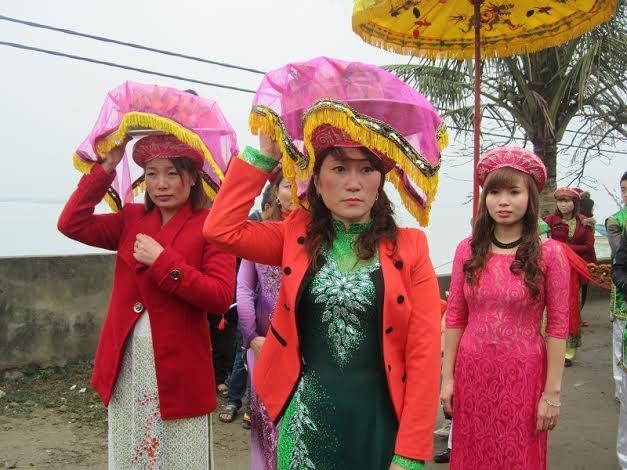 Các thiếu nữ trong trang phục đẹp rực rỡ với mong muốn một năm mưa thuận gió hòa.