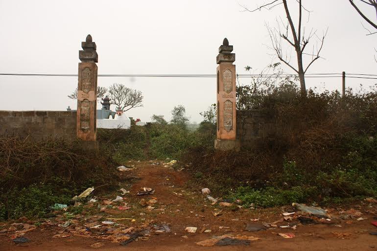 Rác mon men vào cổng nghĩa trang.