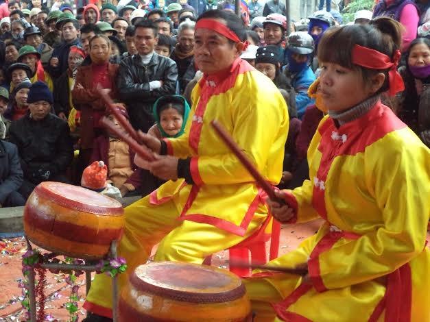 Thiếu nữ xã Hợp Thành tham gia Hội trống tế đầu Xuân.