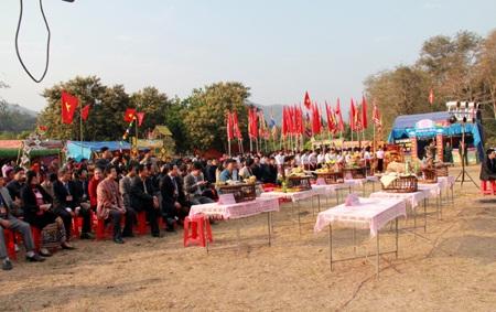 Hàng ngàn người dân từ lãnh đạo huyện, xã và bà con đến với ngày lễ truyền thống của mình.