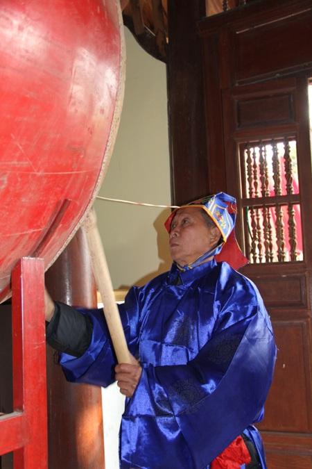 Các thầy bắt đầu đánh chuông, trống chuẩn bị vào phần cúng lễ long trọng.