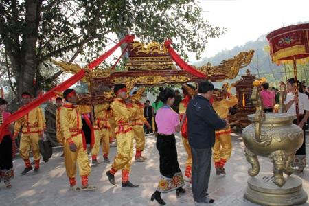 Và kiệu rước được đặt trước sân đền...