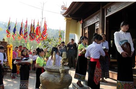 Lãnh đạo tỉnh, huyện, xã cùng đông đảo bà con uy nghiêm trước đền... để xin bình an cho năm mới.