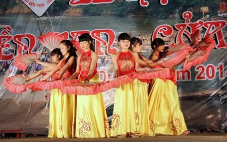 Hay là màn hát xướng, biểu diễn của các em học sinh THPT Tương Dương trong đêm hội Đền Vạn.