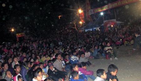 Đêm buông xuống hàng vạn người dân tứ xứ bản làng đổ về lễ hội...