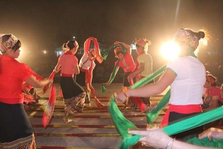Và những điệu khắc luống ban đêm như đánh thức cả núi sông Nậm Nơn, Nậm Mộ và dòng sông Lam.