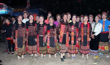 Những người phụ nữ dân tộc thiểu số từ các bản làng với sắc phục riêng đi lễ hội.